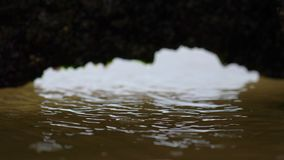 Un tiro de un agujero aherrumbrado que llena de agua metrajes