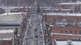 Un tiro de alto ángulo del telephoto de la calle principal céntrica de Stillwater durante una tarde del invierno almacen de metraje de vídeo