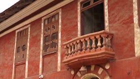 Un tiro de un balcón que cuelga de un edificio anaranjado metrajes