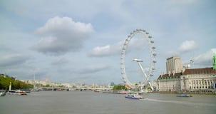 Un tiro de un barco que pasa el ojo de Londres almacen de metraje de vídeo