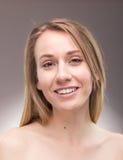 Un tiro de la mujer joven, descamisado, principal y de los hombros, alegre Foto de archivo