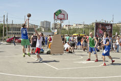 Un tiro de una distancia media en patio del streetball Fotografía de archivo libre de regalías