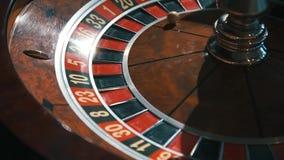 Un tiro de una ruleta del casino en el movimiento, la bola para en 27 el rojo treinta y seis/una mejor suerte la vez próxima almacen de video