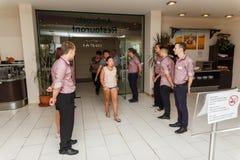 Un tiro del grupo del personal del restaurante saludó a visitantes Foto de archivo libre de regalías
