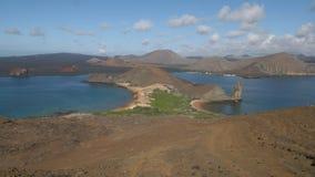 Un tiro granangular de la roca del pináculo y del bartolome del isla en las Islas Galápagos almacen de metraje de vídeo