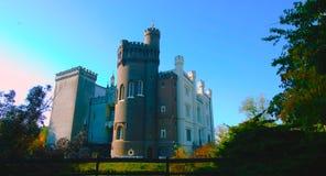 Un tiro hermoso al lado de una pared vieja de un castillo en Polonia - con un cielo azul hermoso - terraza que pasa por alto el p fotos de archivo libres de regalías