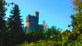 Un tiro hermoso al lado de una pared vieja de un castillo en Polonia - con un cielo azul hermoso - terraza que pasa por alto el p fotos de archivo