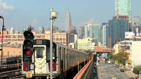 Un tiro inmóvil de un tren de Nueva York que tira lejos de una estación metrajes