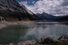 Un tiro largo de la exposici?n del lago medicine, Jasper National Park, del jefe del lago, las aguas del lago es foto de archivo libre de regalías