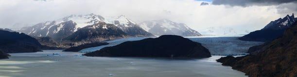 Un tiro panorámico de la alimentación gris del glaciar en el gris de Lago en el parque nacional de Torres del Paine en Patagonia fotografía de archivo libre de regalías