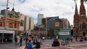 Un tiro tomado de los pasos en el cuadrado de la federación, Melbourne, Australia almacen de video