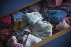 Un tiroir avec des chaussettes d'enfants photo libre de droits