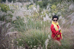 Un tiroteo chino de la muchacha en el fondo de Miscanthus Imagen de archivo libre de regalías