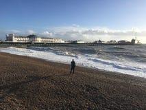 Un tiroteo del hombre de la playa de Brighton Palace Pier fotografía de archivo