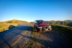 Un todo aparcamientos del terreno en el lado del camino de Nueva Zelanda imagen de archivo