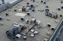 Un toit de bâtiment avec les dispositifs climatiques multiples Photos stock