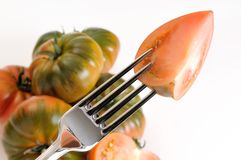 Un tomate en una fork Imagen de archivo