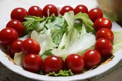 Un tomate y una lechuga foto de archivo libre de regalías