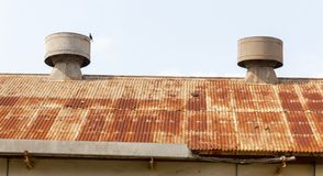 Un top aherrumbrado del tejado fotografía de archivo libre de regalías