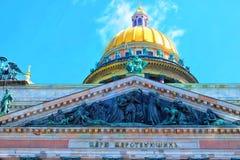 Un top de la catedral del ` s de Isaac del santo con el cielo en St Petersburg Fotos de archivo