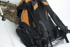 Un topo che ha scalato su uno zaino gettato nella neve Immagini Stock