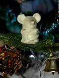 Un topo su un albero di Natale - con un regalo e una campana Immagini Stock