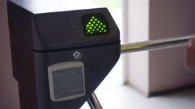 Un torniquete de la entrada con la muestra del verde del acceso Barrera de la seguridad almacen de metraje de vídeo