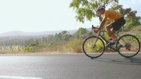 Un tour d'homme sur le vélo sur la route Sport et temps actif de coucher du soleil de concept de la vie Une équitation d'homme su banque de vidéos