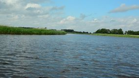 Un tour de bateau sur le canal banque de vidéos