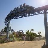 Un tour de montagnes russes de Manta, SeaWorld, San Diego images stock