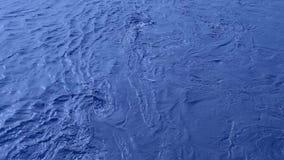 Un tourbillon coloré par bleu profond dans l'eau clips vidéos