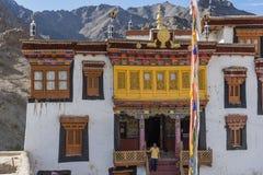 Un touriste au monastère de Hemis photo stock