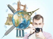 Un touriste beau avec l'appareil-photo et un globe avec les endroits célèbres esquissés Fond bleu-clair Éléments de cette image m Photo stock