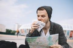 Un touriste dans la ville images stock