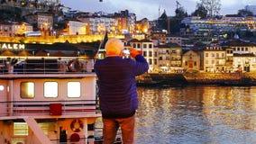 Un touriste prend des photos des vues avec son téléphone portable photographie stock libre de droits