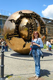 Un touriste se tient devant la sphère dans une sphère dans Vatic Photo libre de droits