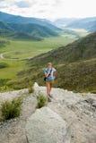 Un touriste se tient sur une falaise Images stock