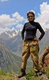 Un touriste sur un fond des montagnes Photographie stock libre de droits