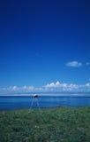 Un trépied sous le ciel bleu Photographie stock