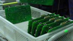 Un trabajador clasifica a placas de circuito impresas almacen de metraje de vídeo