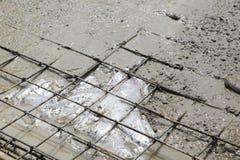 Un trabajador concreto del yesero en el trabajo del piso Foto de archivo libre de regalías