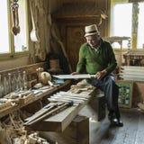 Un trabajador de la madera en Rumania fotos de archivo