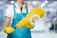 Un trabajador de limpieza del servicio con el cepillo detrás de la muestra de la calidad fotos de archivo libres de regalías