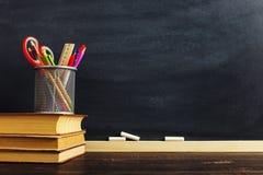 Un trabajador del profesor el escritorio o, en los cuales los materiales de escritura mienten y los libros Espacio en blanco para imagen de archivo libre de regalías