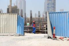 Un trabajador en emplazamiento de la obra en Dubai Imágenes de archivo libres de regalías