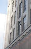 Un trabajador está lavando el edificio situado en Shangai Imagen de archivo