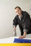 Un trabajador experimentado hace su trabajo con los rompecabezas Imagen de archivo