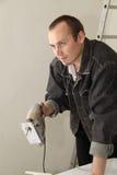 Un trabajador experimentado hace su trabajo con los rompecabezas Imágenes de archivo libres de regalías