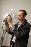 Un trabajador experimentado hace su trabajo con los rompecabezas Imagen de archivo libre de regalías