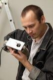 Un trabajador experimentado hace su trabajo con los rompecabezas Foto de archivo libre de regalías